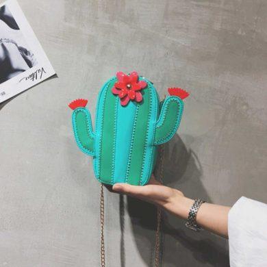 Bolso con forma de cactus verde